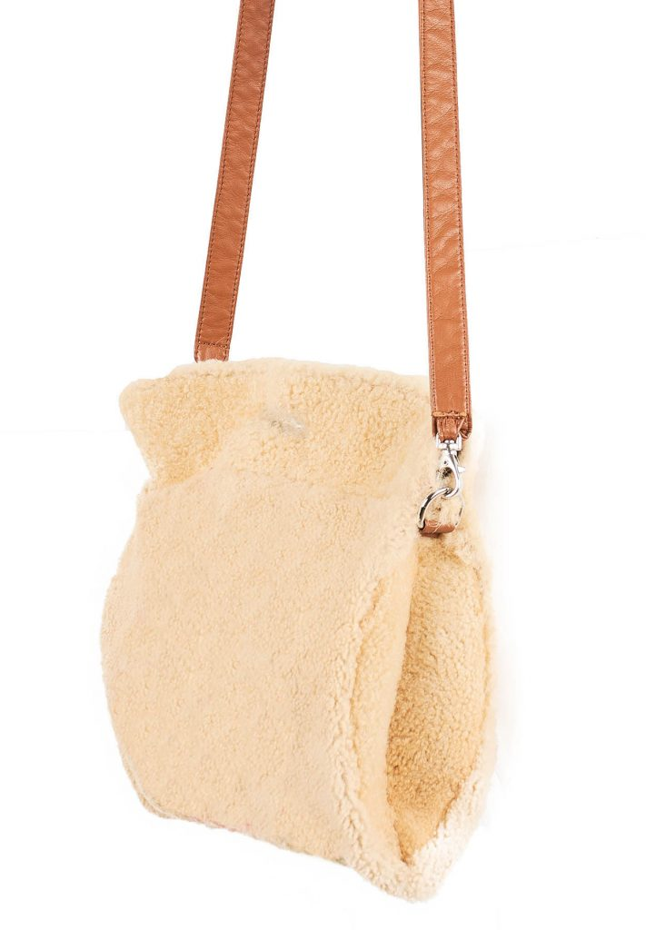 Borsa bustone in morbido shearling gold e cammello