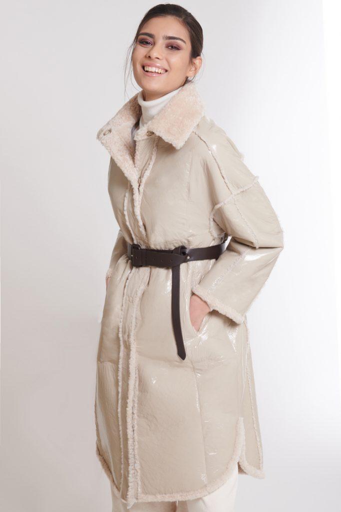 Camicia lunga in shearling verniciato, reversibile, dalla linea moderna